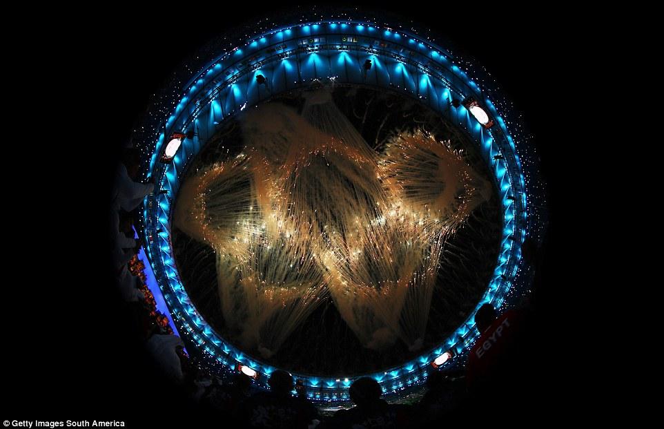 При помощи фейерверков нарисовали олимпийские кольца.