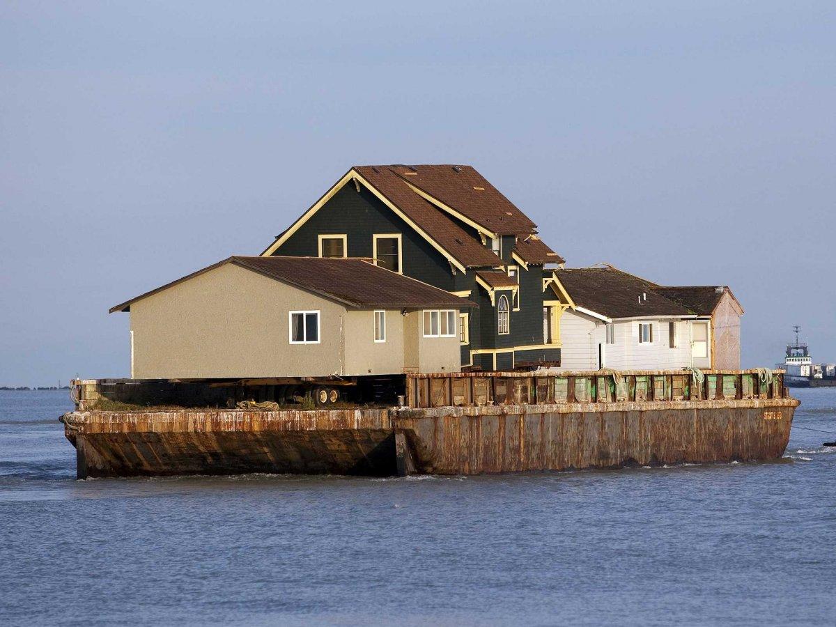 Дом, который прежде стоял на территории будущего поместья, пришлось переместить на барже, чтобы осво