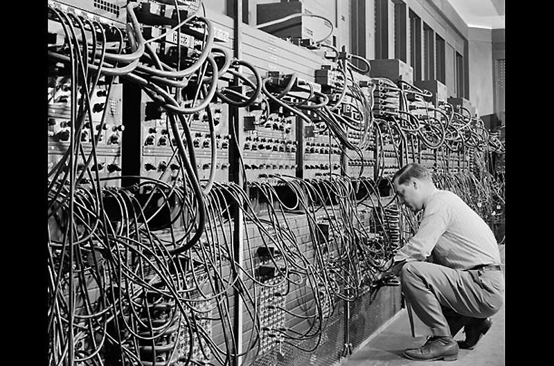 1. ЭНИАК, 1946 год. Электронный числовой интегратор и вычислитель (ЭНИАК) считался первым компьютеро