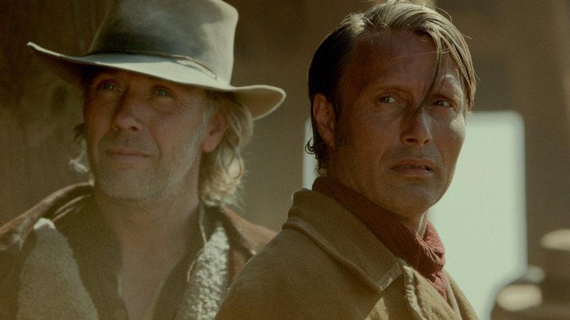 Это вестерн с Мадсом Миккельсеном в главной роли датского ковбоя, и Евой Грин, в роли немой королевы