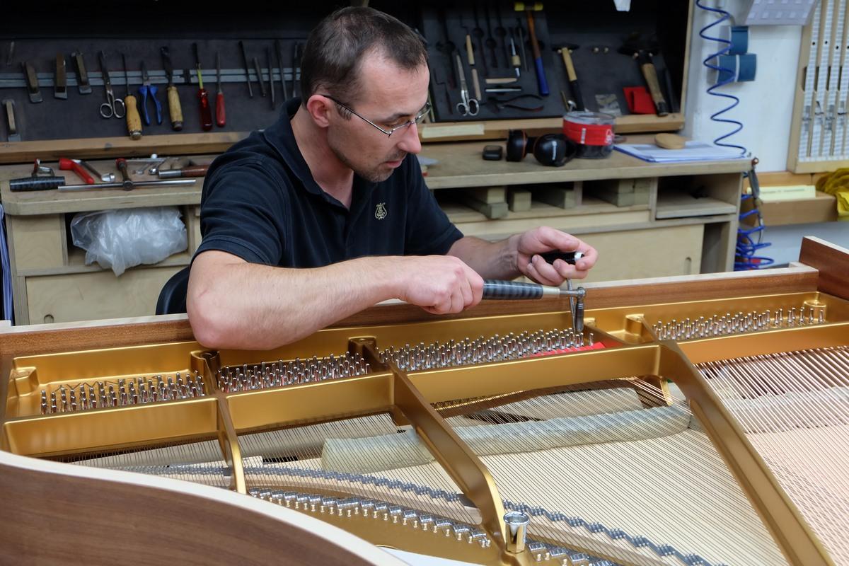 Ручная натяжка струн в рояле, калибровка струн рояля Steinway & Sons, фототур по фабрике Steinway & Sons