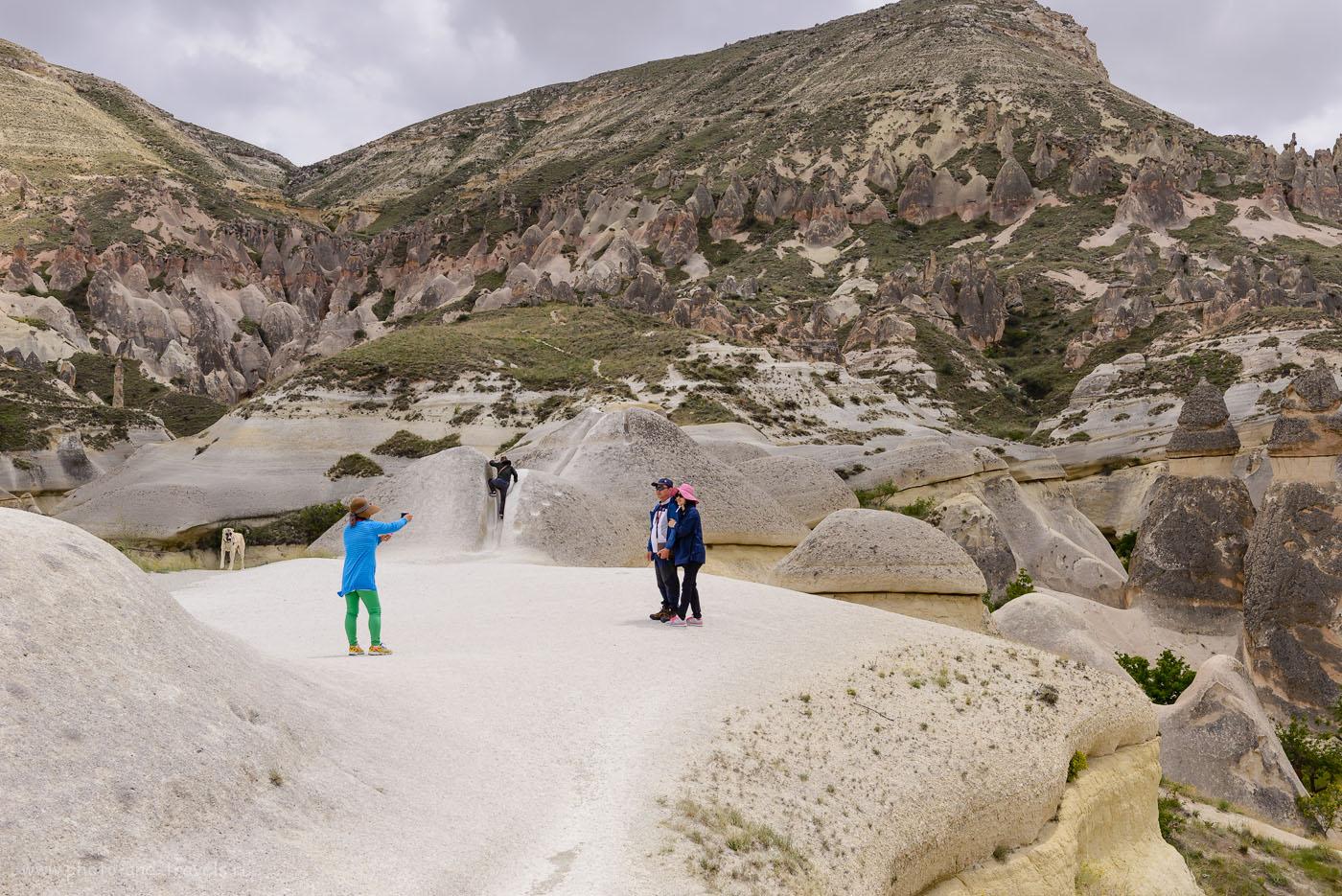 Снимок 15. Туристы на смотровой площадке рядом с Paşabağı Vadisi. Отзывы туристов об отдыхе в Турции. 1/500, +0.33, 8.0, 160, 44.