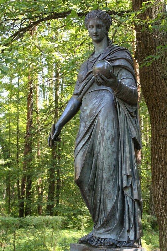 Скульптура Урании, муза астрономии