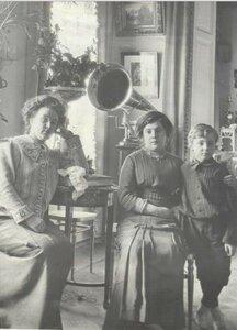Портрет Веры Шуваловой и женщины с мальчиком в гостиной