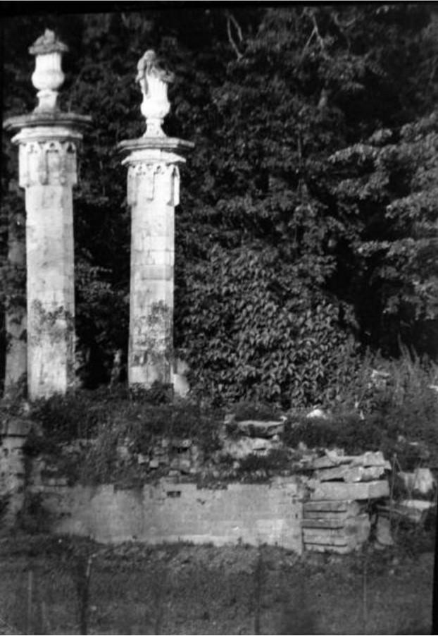 Усадьба «Марфино». Декоративные колонны в парке