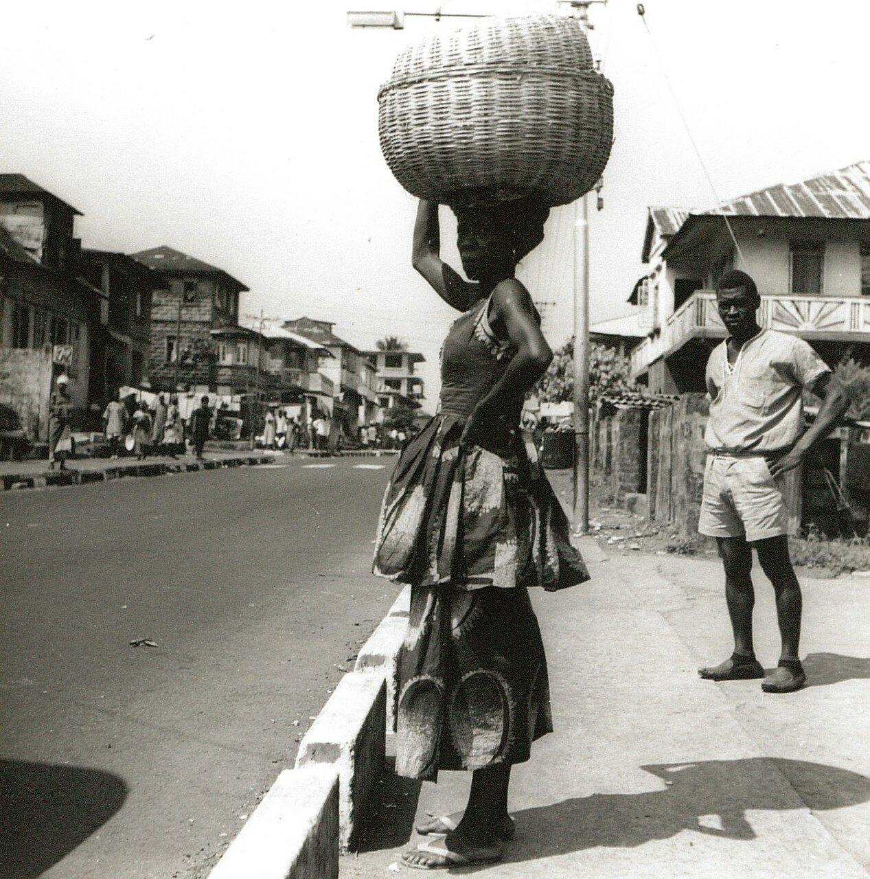 Фритаун. Женщина с корзиной на голове