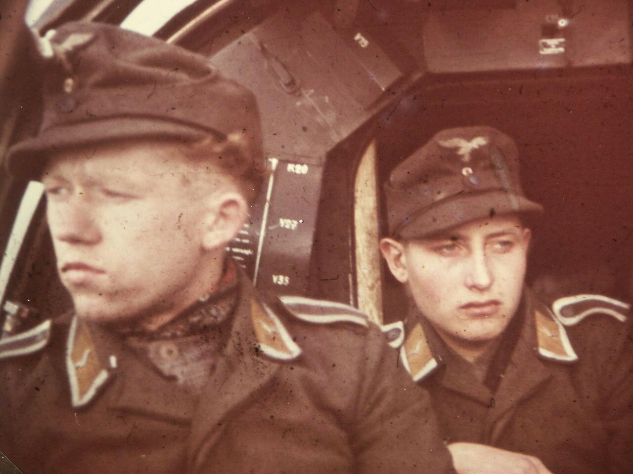 1944. Летчики на самолете Heinkel He 111 где-то на территории Советского Союза