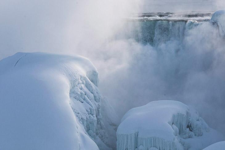 1. Ниагарский водопад полностью не замерз, вода все еще течет подо льдом. Это не редкость, когд