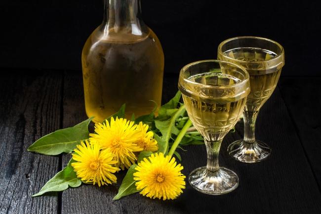 Вино из одуванчиков Ингредиенты: 2 апельсина 2 лимона 1,5 ст. л. изюма 3 л воды 500 г сахара 1 банка