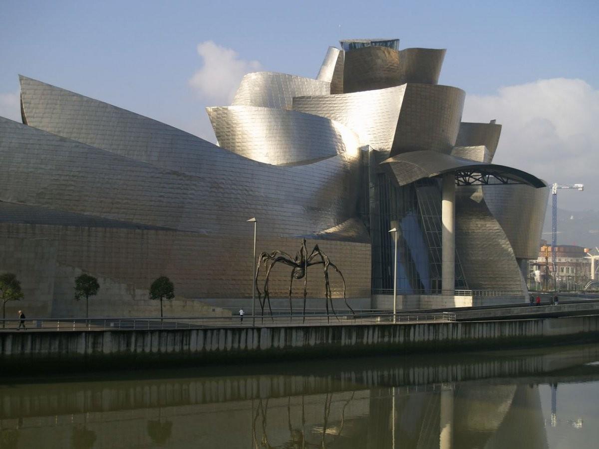 12. Полюбуйтесь удивительным музеем Гуггенхайма в Бильбао, Испания.
