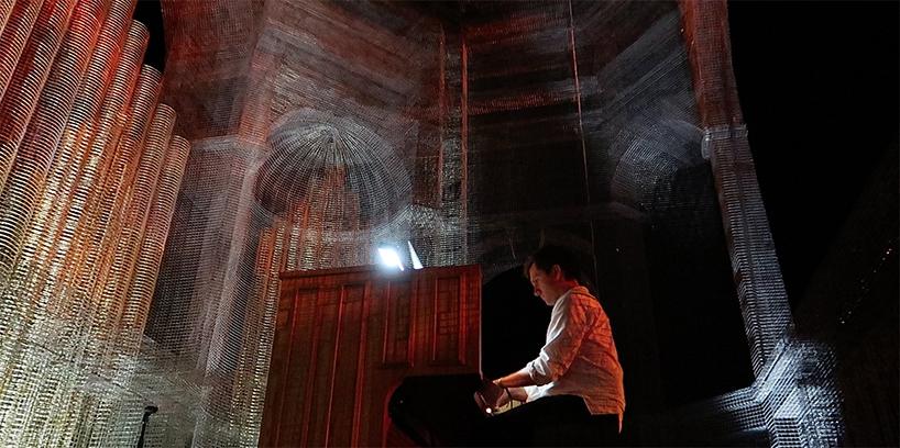 Установка из проволоки как декорация для музыкального фестиваля