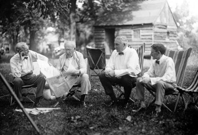 Слева направо — Генри Форд, Томас Эдисон, 29-й президент США Уоррен Гардинг и бизнесмен Харви Файрст