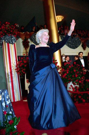 1989 год, платье Arnold Scaasi с бархатным верхом и атласной юбкой сделало Барбару Буш, по словам мо