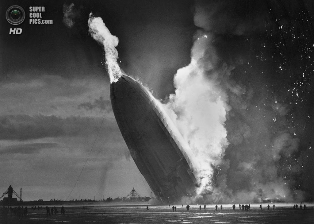 США. Лейкхёрст, Нью-Джерси. 6 мая 1937 года. Пылающий немецкий дирижабль «Гинденбург». В катастр