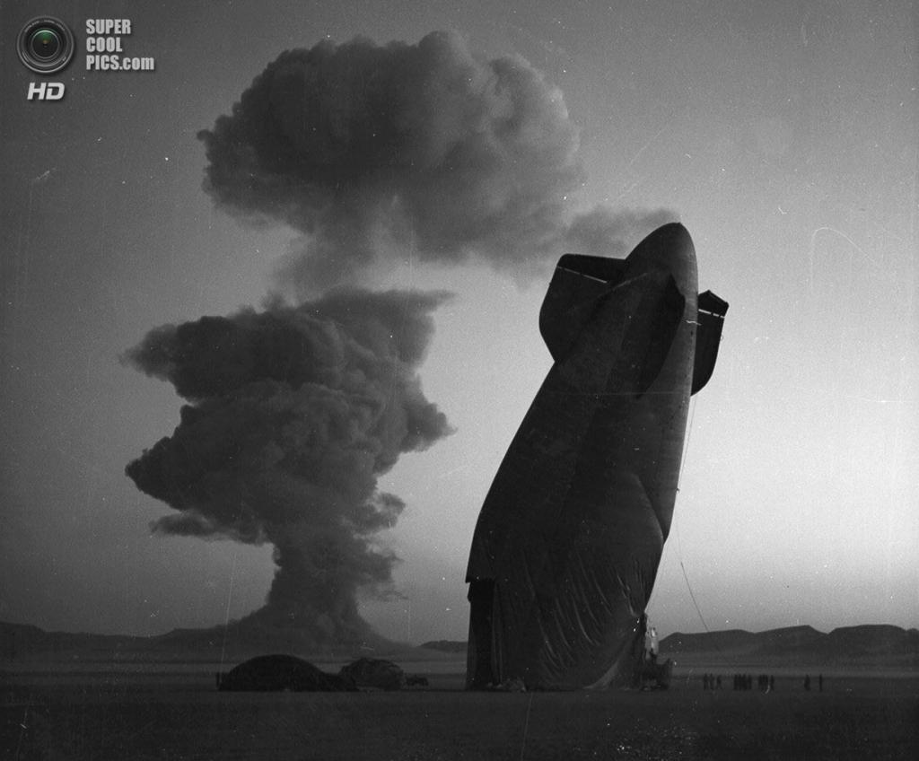 США. Невада. 7 августа 1957 года. Дирижабль, который был повреждён взрывной волной после испытан