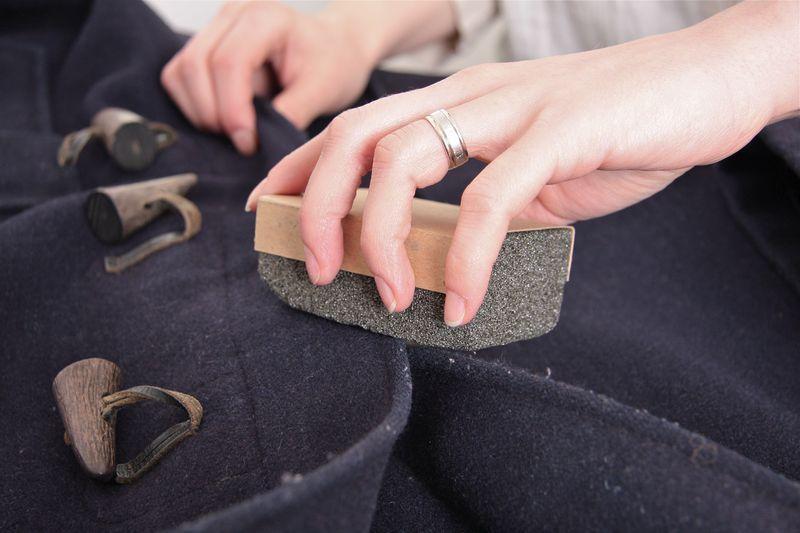 18. Также убрать катышки с одежды можно с помощью пемзы.