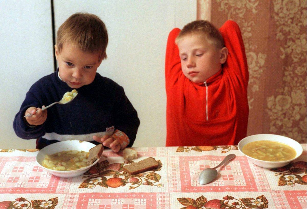 Мальчики обедают в приюте при церкви Святой Троицы, город Вязьма — за 250 километров от Москвы, май