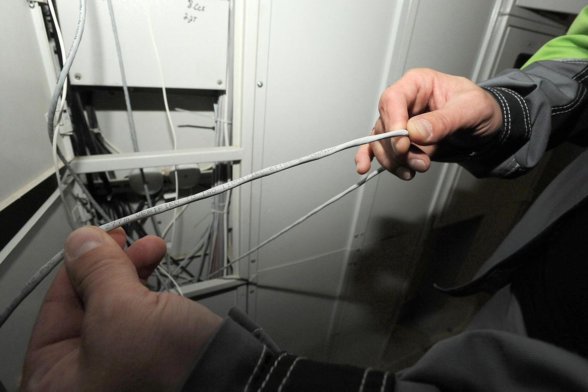 11. Монтажники работают в паре: один протягивает кабель, другой (в подвале) его принимает.