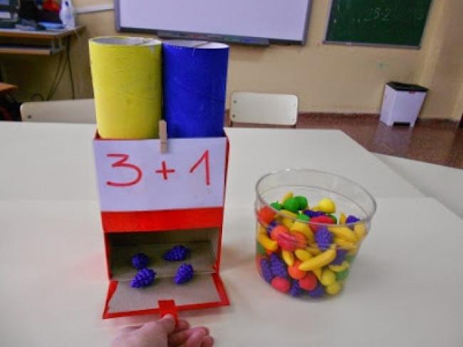 © www.manualidadesytips.com  Как играть Нам понадобится небольшая коробка, пара пластиковых ст