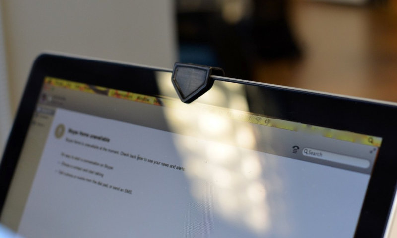 Вот почему надо закрывать камеру на ноутбуке. Будьте осторожны! (2 фото)