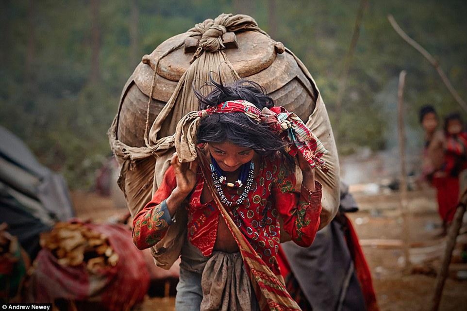 На фото: рауте возвращается после удачной охоты. Рауте не занимаются земледелием. Их выживание в зна