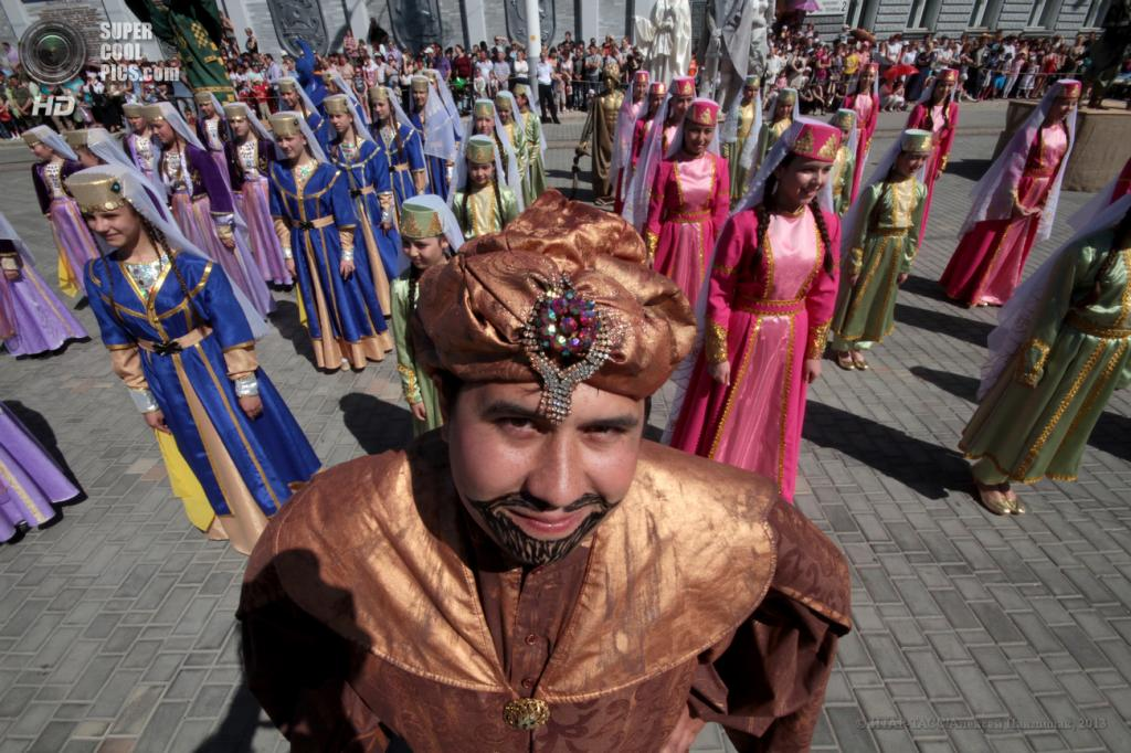 Евпатория открыла курортный сезон «Парадом эпох» (13 фото)