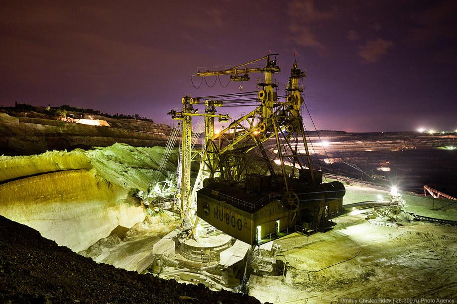 Тогда мы отправились на пункт перегрузки руды из БелАЗов в вагоны и покатались в кабине 12-кубового