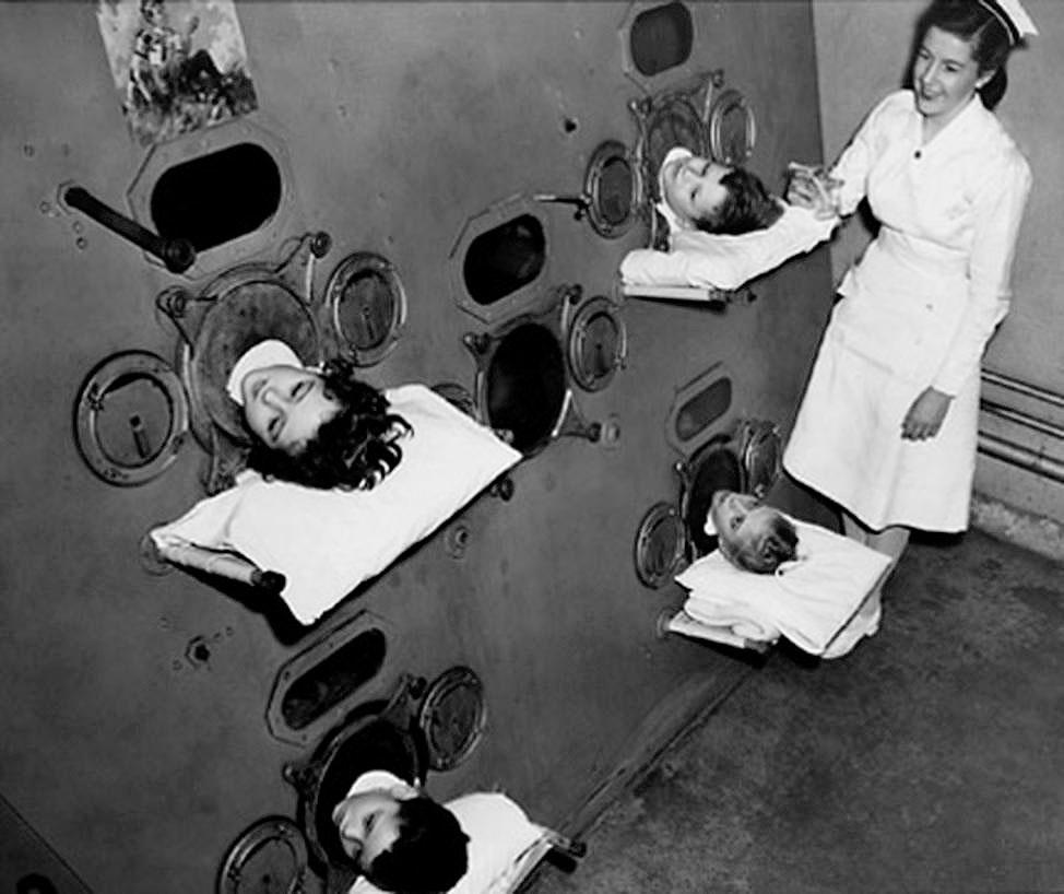 15. Аппарат «Железные легкие», 1950-е годы. До изобретения вакцины от полиомиелита маленьких больных