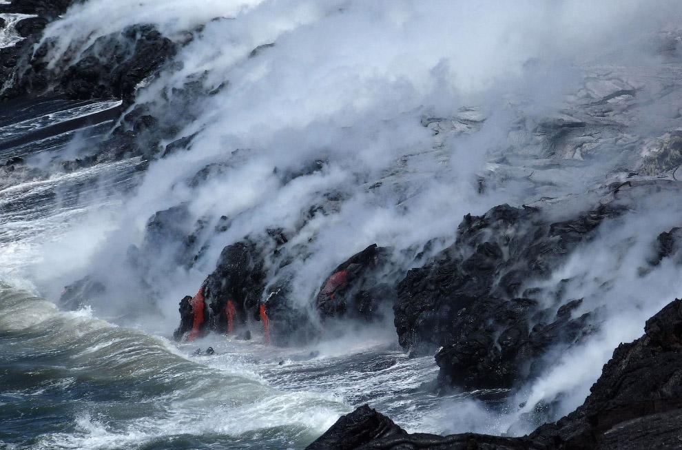 13. Потоки лавы из вулкана Килауэа на Гавайях, 8 августа 2016. (Фото Caleb Jones):