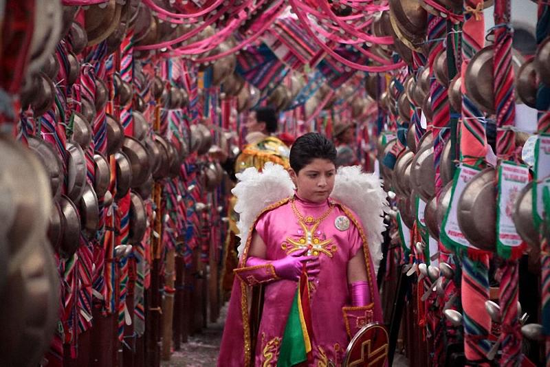 25. Мальчик стоит в специальном коридоре, проход через который смывает все грехи.