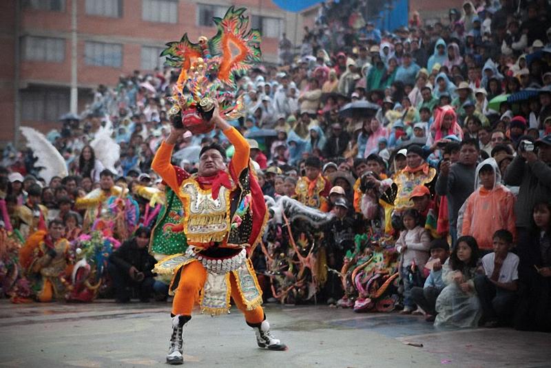 32. Участник карнавала на выступлении, символизирующем борьбу со смертными грехами.