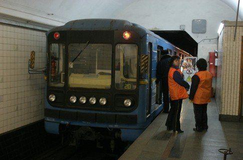 Зеркало проходящего поезда сбило женщину нарельсы станции метро «Измайловская»