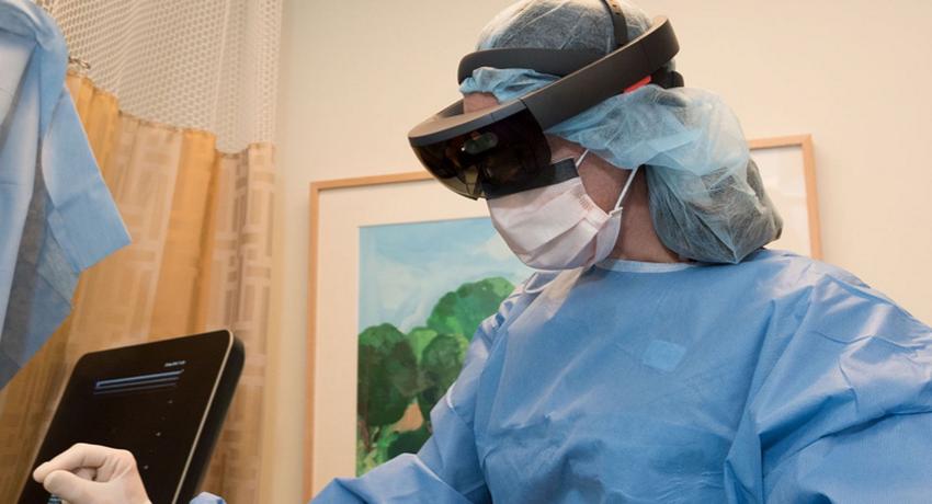 Хирург сможет заглянуть внутрь тела спомощью технологии расширенной реальности