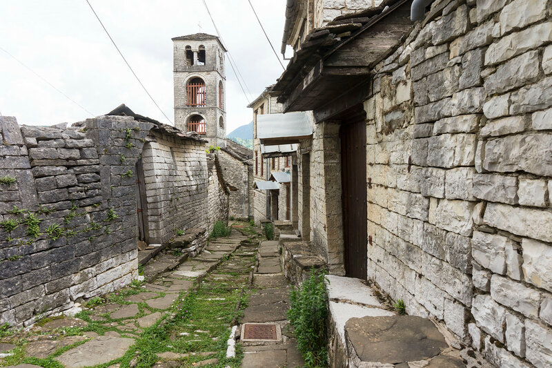 улочка старинной деревни Дилофо (Dilofo), Загория, Греция