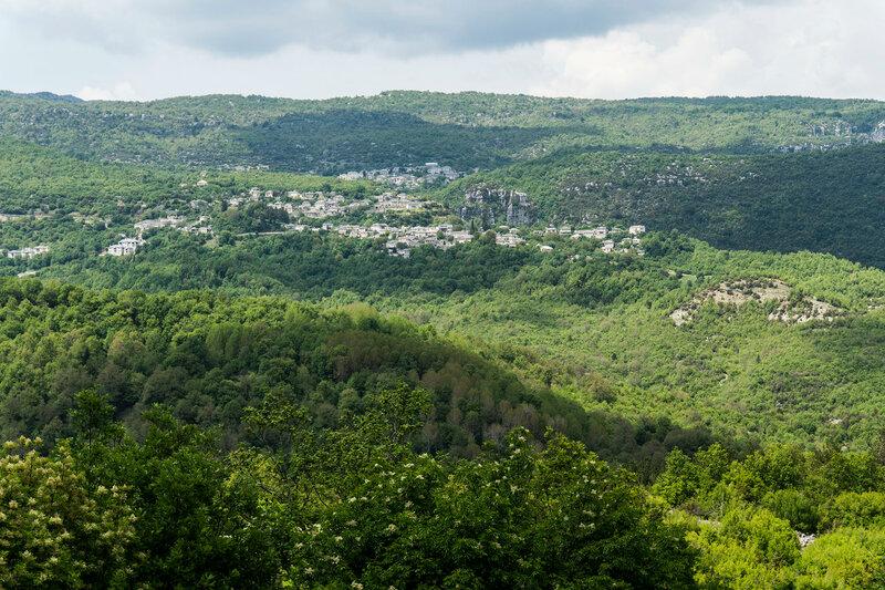 пейзаж с деревнями Вица и Монодендри (Vitsa, Monodendri), Загория, Греция