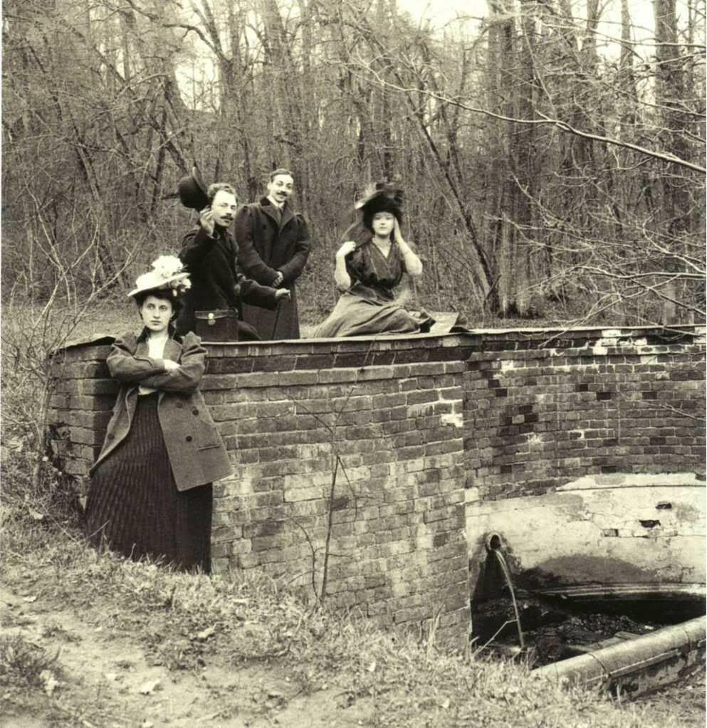 1910. В Петровском парке. У источника