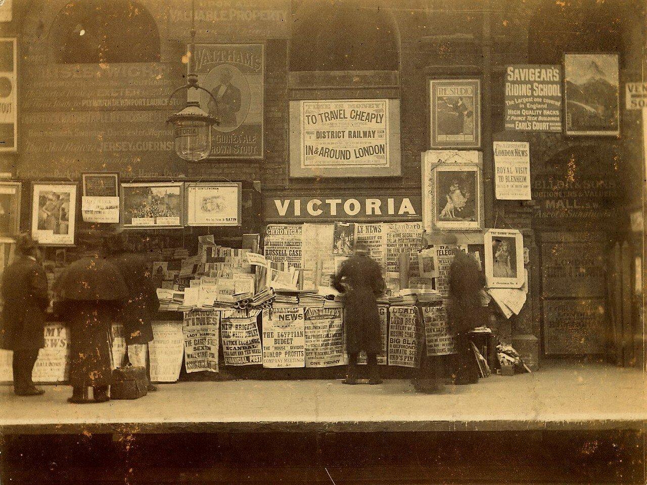 1896. Лондонцы читают газеты в ожидание поезда на станции метро «Виктория». 23 ноября
