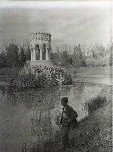 Юноша на берегу водоема