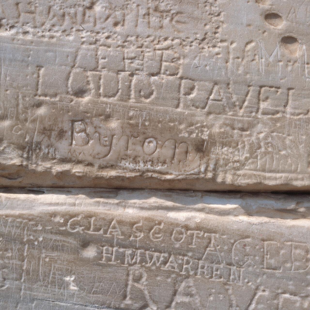 Храм Посейдона. Граффити Байрона на правом столбе