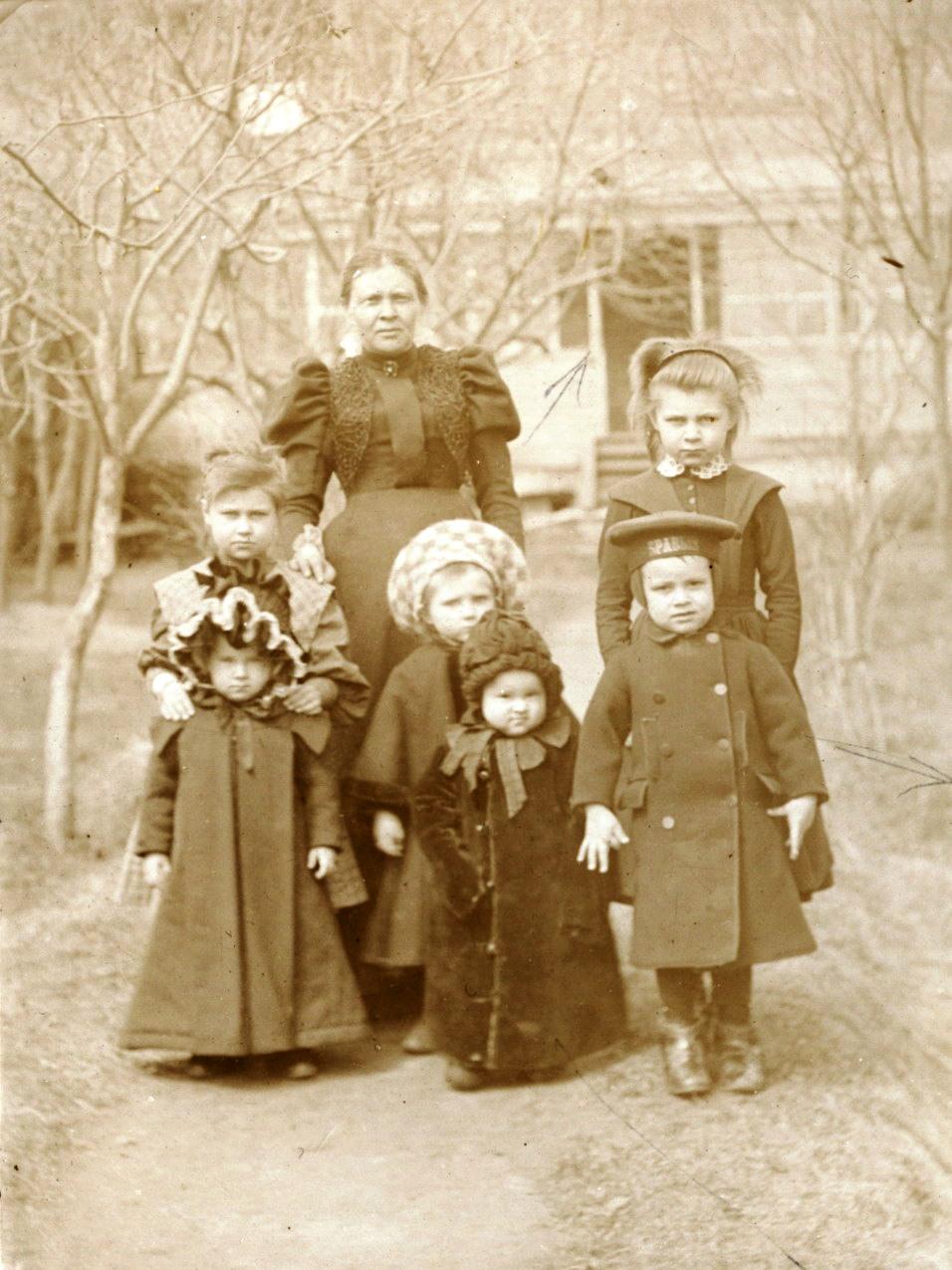 Супруга фотографа Александра Александровна с детьми. 1896