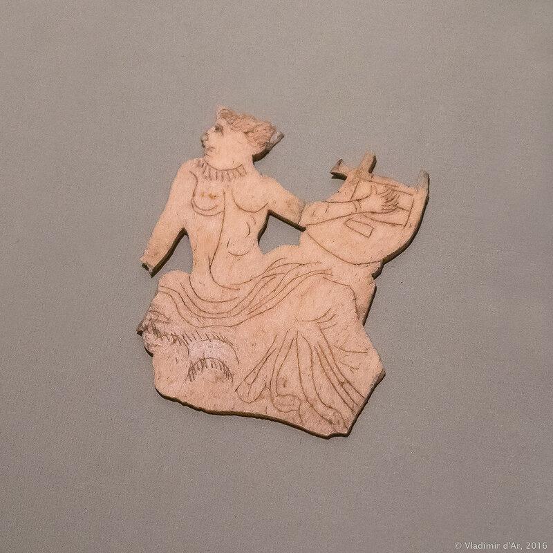 Костяная пластинка с изображением девушки, играющей на кифаре IV в. до н.э.