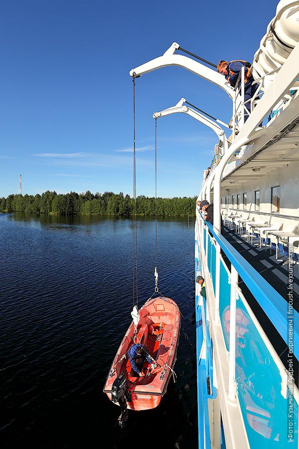 спуск моторной лодки на теплоходе Русь Великая