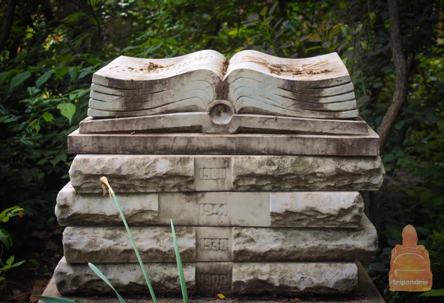 Памятник в виде книги