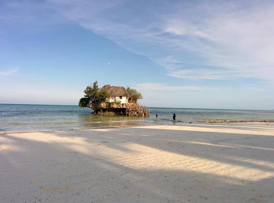9. Пешком добраться до ресторана можно лишь во время отлива. В остальное же время вам потребуется ло