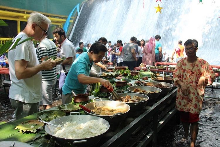 21. Заведение работает по системе «шведский стол», а еда готовится на открытой кухне.