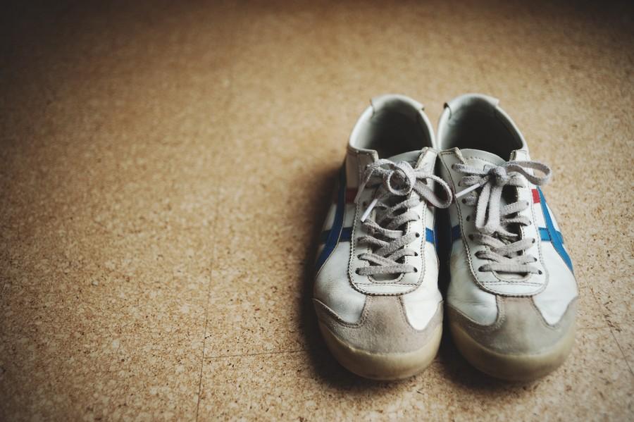 5. Избавиться от неприятного запаха. Если старые кроссовки попахивают, насыпьте в них крахмал и оста