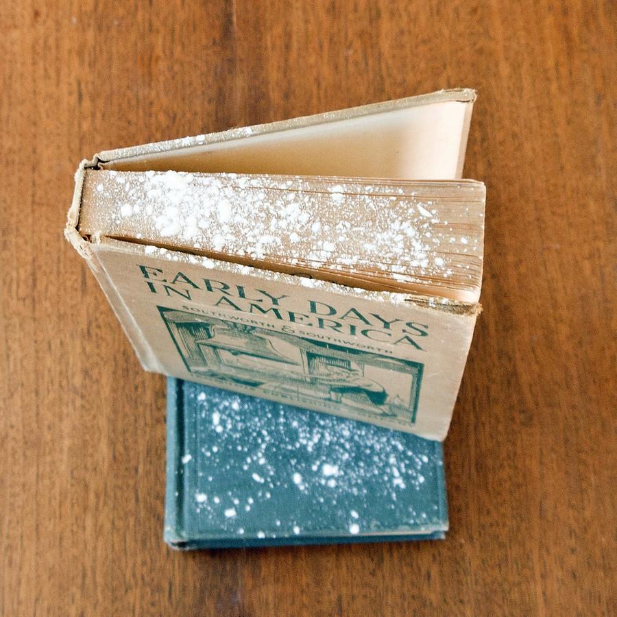 13. Освежить старые книги. Старые книги — произведения искусства, но с годами в них въедается множес