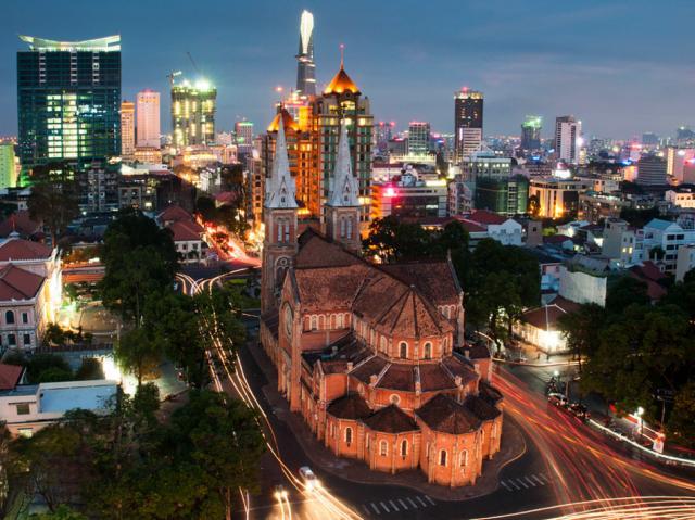 5. Вьетнам, Хошимин, собор Нотр-Дам де Сайгон на фоне современных зданий Этот небольшой кусочек Пари