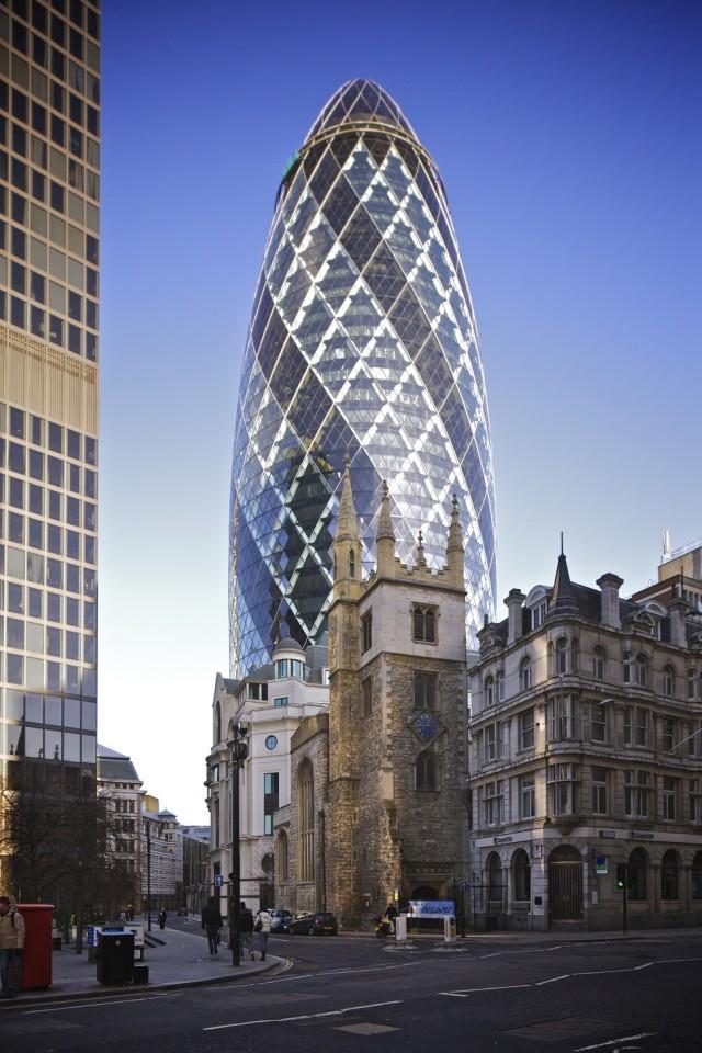 10. Лондон, церковь святой Марии на фоне небоскреба «Огурец» Этот небоскреб, который народ окрестил