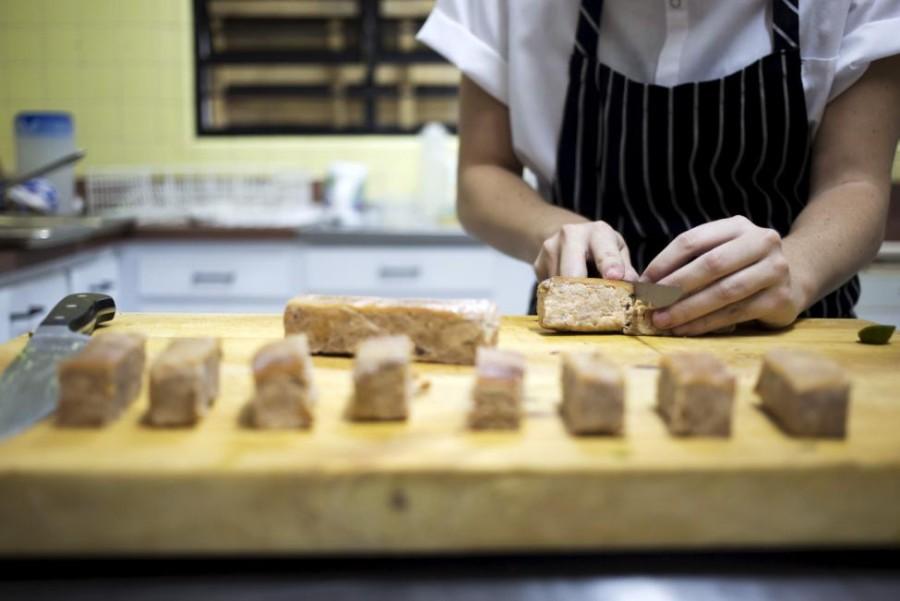 11. Шеф-повар Ана готовит свинину конфи с вареньем из перца чили в ресторане «Ciboulette Prive» в Ка
